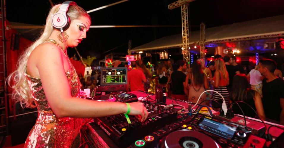 5.fev.2016 - A DJ Giordanna Forte abre a noite do Jockey Clube