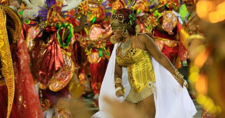 8.fev.2016 - Passista cega da Beija-Flor samba durante desfile que homenageia o Marquês de Sapucaí