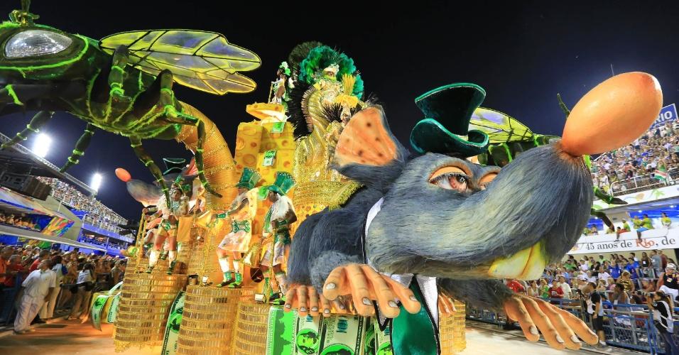 8.fev.2016 - Alegoria da Mocidade Independente de Padre Miguel representa a corrupção como um grande queijo suíço repleto de ratos com seus rabos presos em ratoeiras.