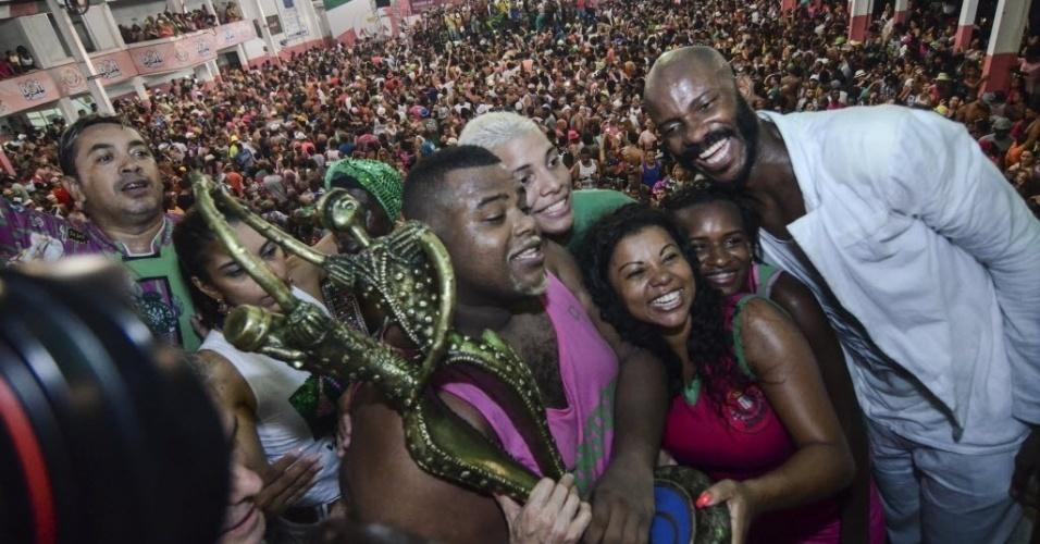 10.fev.2016 - A taça de campeã do Carnaval carioca é apresentada à comunidade da Mangueira, durante festa na quadra da escola