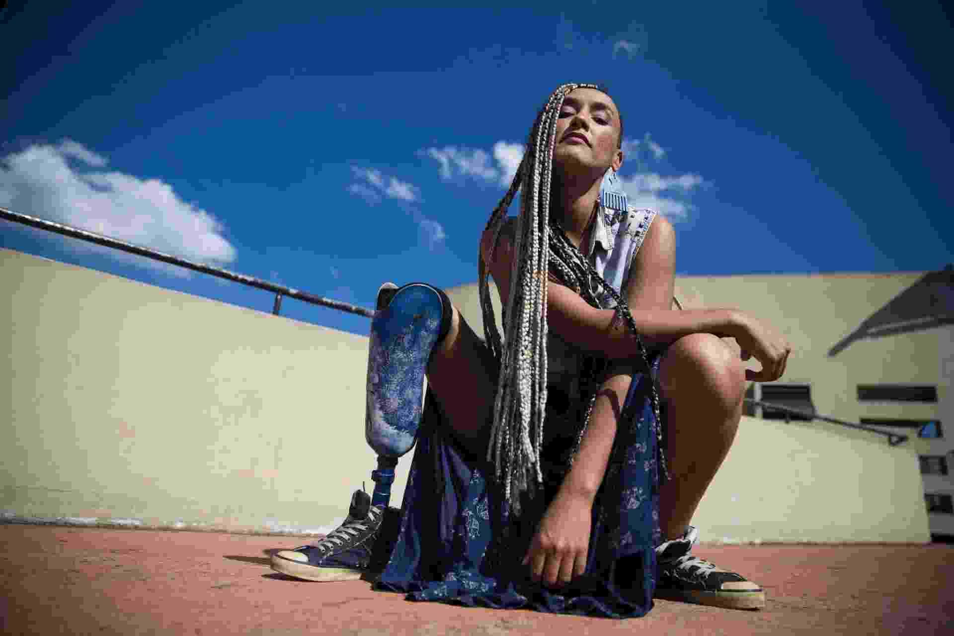 """Uma das mulheres do rap a despontar para além do gênero, Yzalú fala de amor e ativismo em seu primeiro disco e mostra, pela primeira vez, a prótese que tem na perna direita: """"Em algum momento eu ia querer subir no palco e ser quem eu sou"""" - Lucas Lima/UOL"""