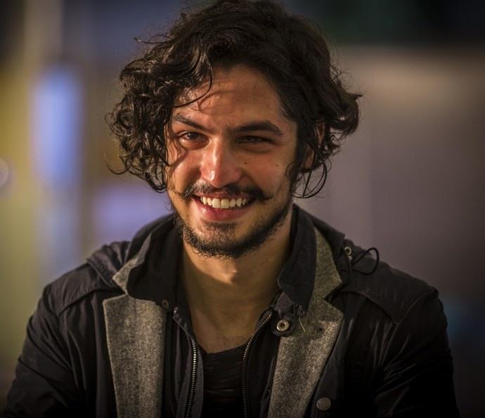 Gabriel Leone é filho de Santo (Domingos Montagner) e Tereza (Camila Pitanga)