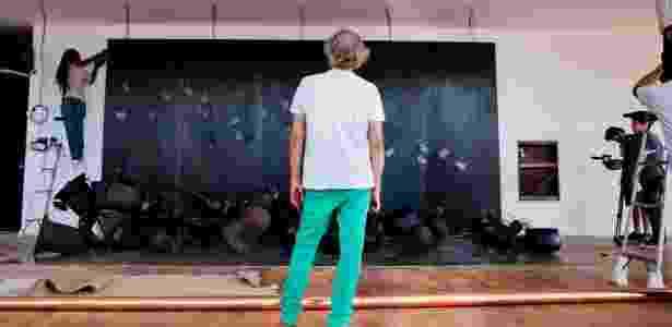 O artista plástico Tunga, de costas, orienta montagem de instalação em Inhotim - Daniela Paoliello