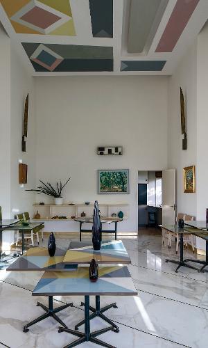 Amantes de arte, Armando e Anala Planchart queriam que sua casa, mais do que monumental, transbordasse cor e cultura. O arquiteto italiano Gio Ponti conseguiu atendê-los com espaços amplos, fluídos e coloridos. Em uma das salas, planos geométricos decoram o teto e os conjuntos de mesas de apoio