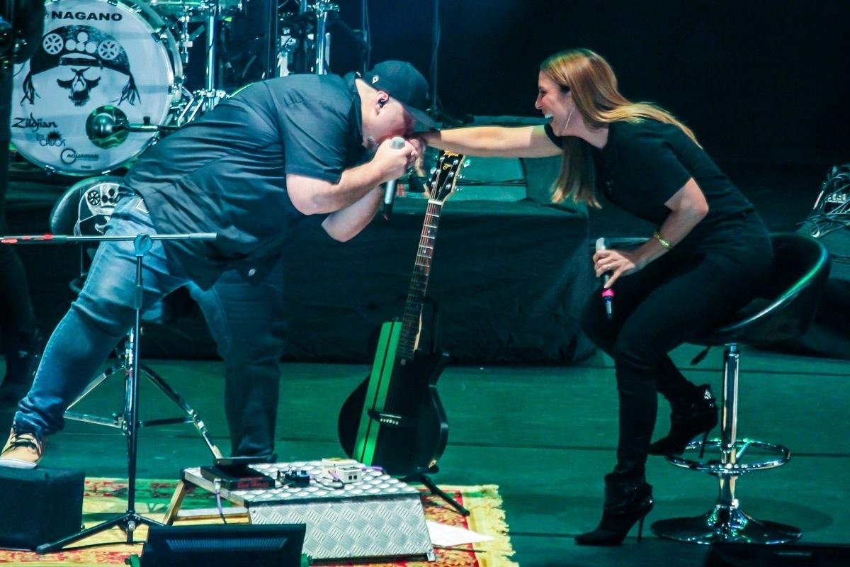 18.nov.2011 - Digão beija a mão de Ivete Sangalo durante gravação de DVD Acústico em Curitiba