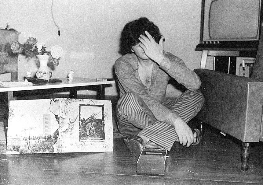 Kid Vinil na época em que era adolescente, com 16 anos, com um LP do Led Zeppelin