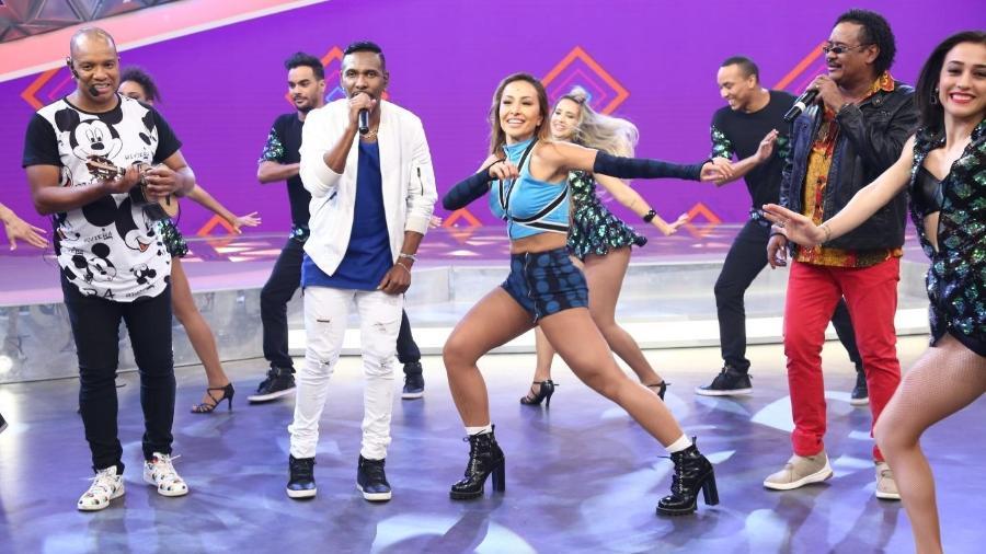 Caracterizada de Carla Perez, Sabrina Sato dança com o grupo É o Tchan - Antonio Chahestian/Record TV