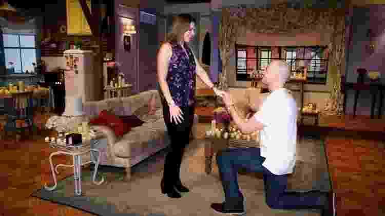 O pedido de Adam Fishlock foi igualzinho o de Chandler à Monica - Divulgação/Comedy Central UK - Divulgação/Comedy Central UK