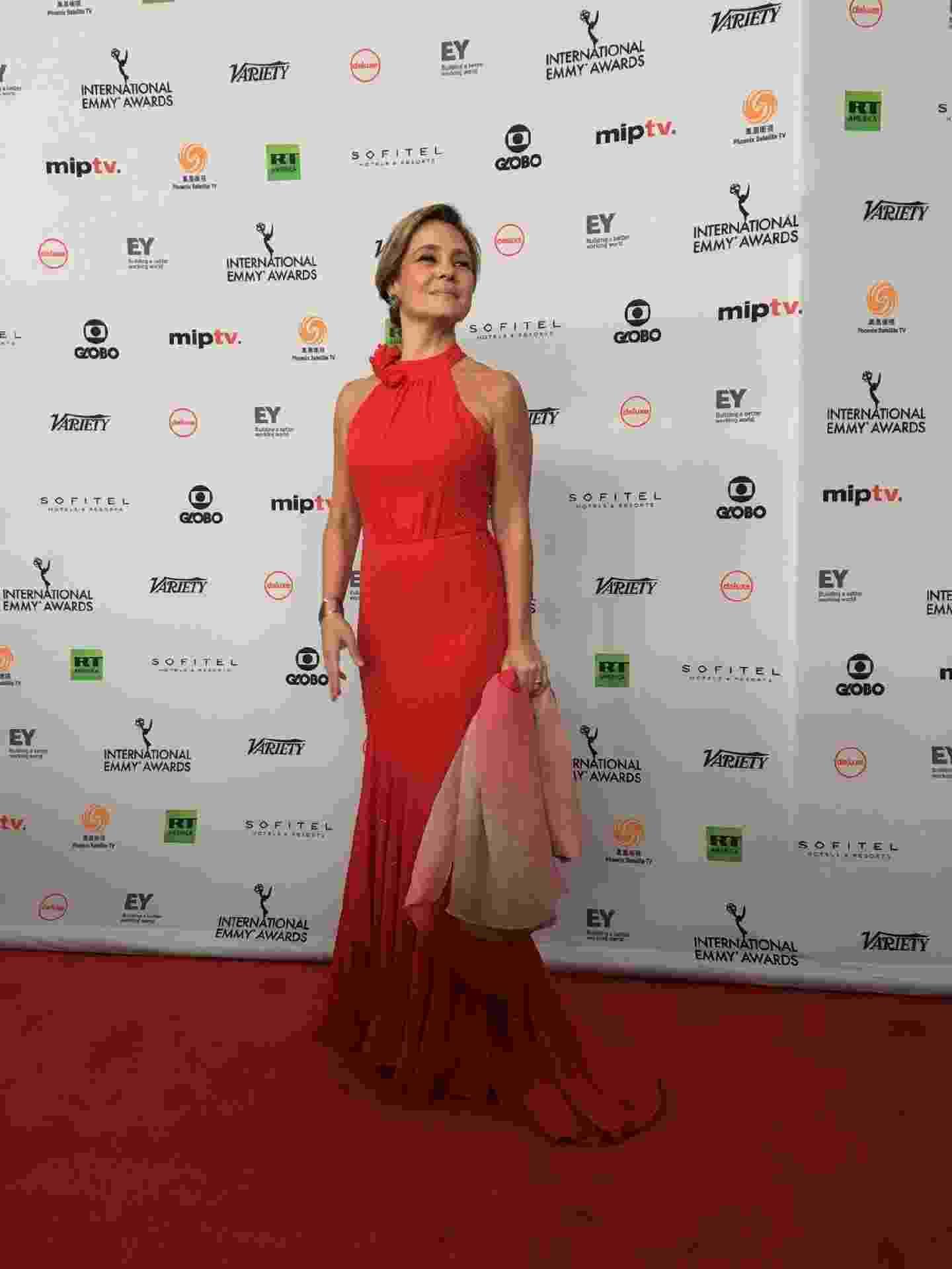 """Adriana Esteves, indicada a melhor atriz por """"Justiça"""", posa no tapete vermelho do Emmy Internacional 2017 - Reprodução/Twitter/iemmys"""
