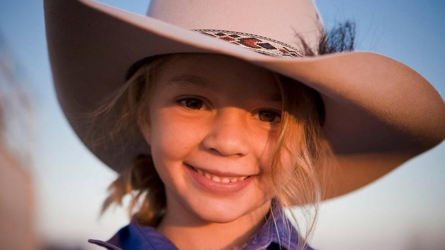 """Ammy """"Dolly"""" Everett ficou famosa ao estrelar comercial do chapéu Akubra aos 8 anos  - Facebook/Akubra official"""