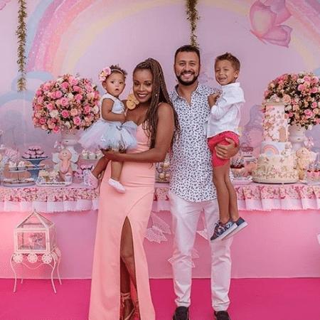 Roberta Rodrigues com Linda e Guilherme Guimarães com Gabriel - Reprodução/Instagram/rorodrigues