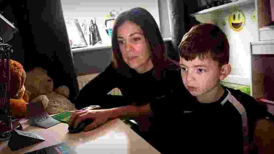 Shelley recebia telefonemas frequentes da escola onde o filho estudava, por causa de problemas disciplinares - BBC