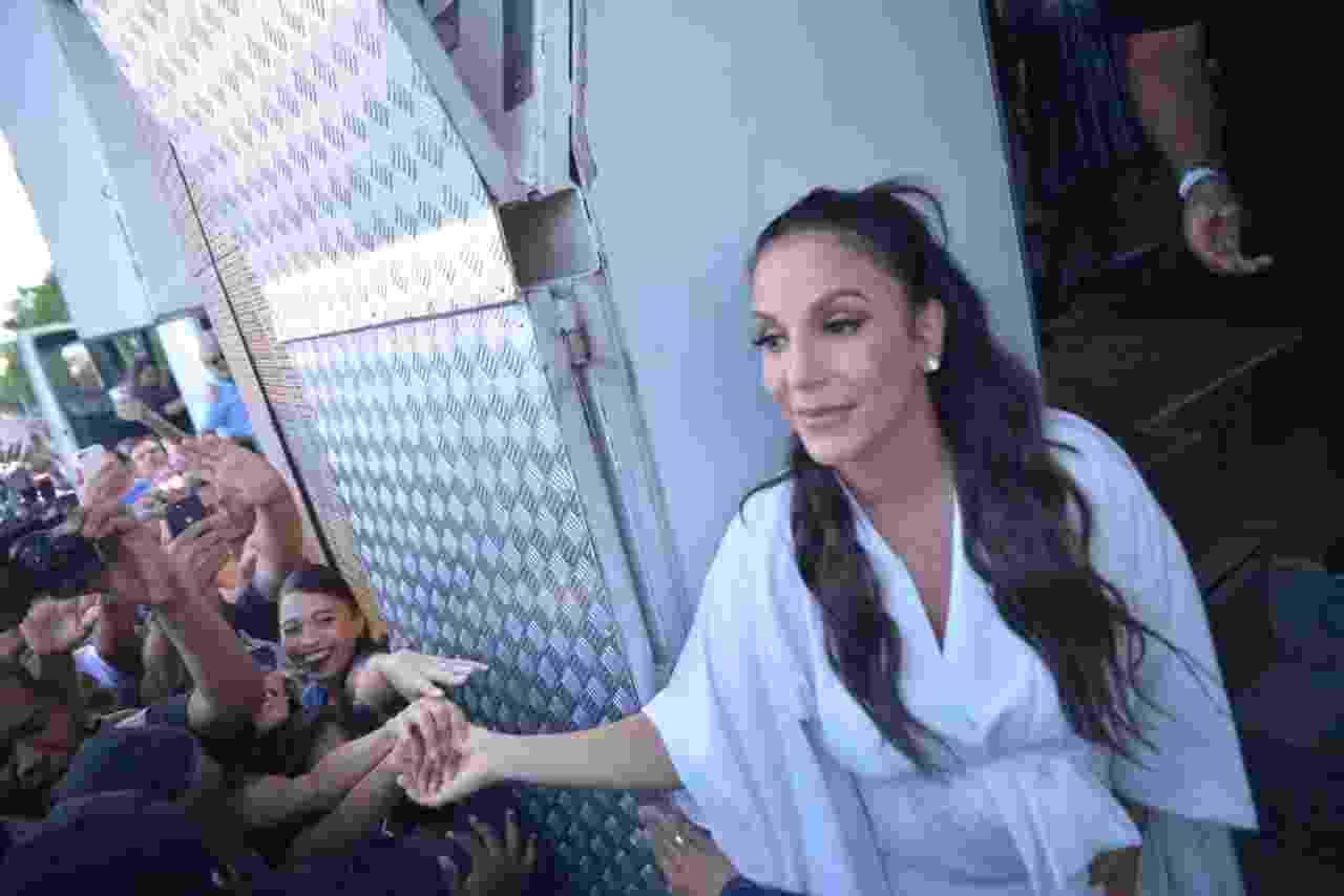 Ivete é cercada por fãs ao chegar para seu primeiro show em Salvador após o nascimento das gêmeas Marina e Helena - Denilson Santos e Dilson Silva/Ag.News