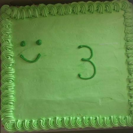 """O bolo """"sapo"""" encomendado pelo pai para o aniversário de 3 anos do filho - Reprodução/Facebook"""