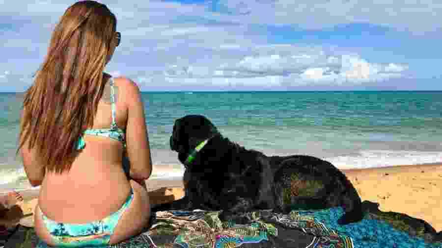 Mellina Hernandes e a cadela-guia, Hillary, em Caraíva (BA) - Arquivo pessoal