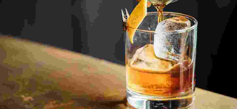"""Bem diferente do """"primo"""" escocês, o bourbon whiskey vem conquistando uma clientela cada vez maior - Unsplash/Adam Jaime"""