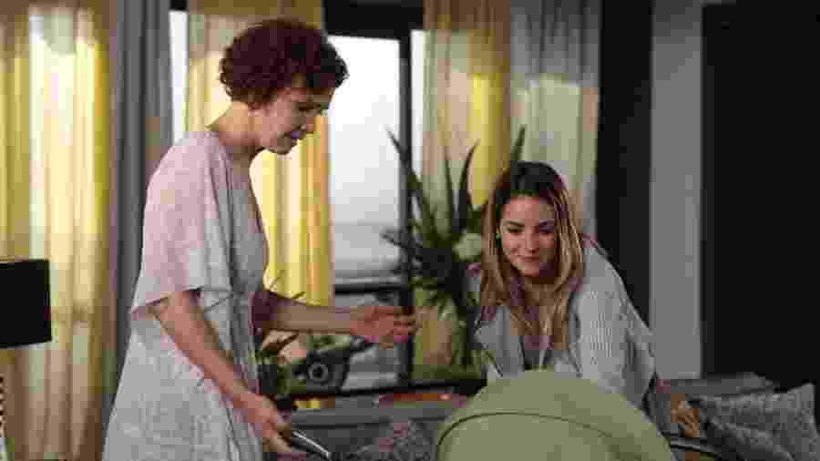 Beatriz (Monique Alfradique) vai até casa de Esther (Julia Lemmertz) - TV GLOBO / Gui Maia