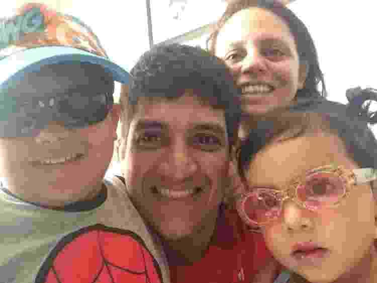 Shirley Canoletti (ao fundo) com o marido, Edgar, e os filhos, Isadora e Cauê - Reprodução/Facebook - Reprodução/Facebook