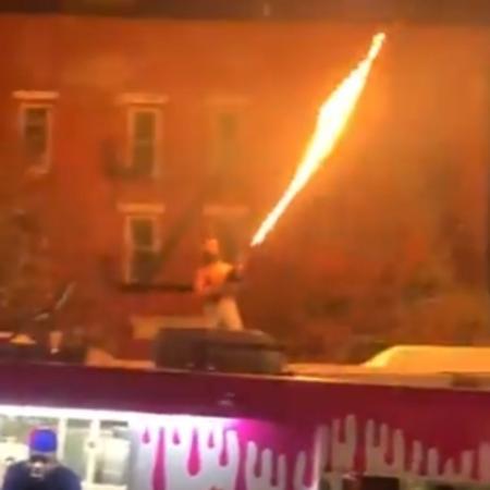 O rapper Dupree lançando chamas em cima de ônibus em Nova York, nos EUA - Reprodução/Twitter