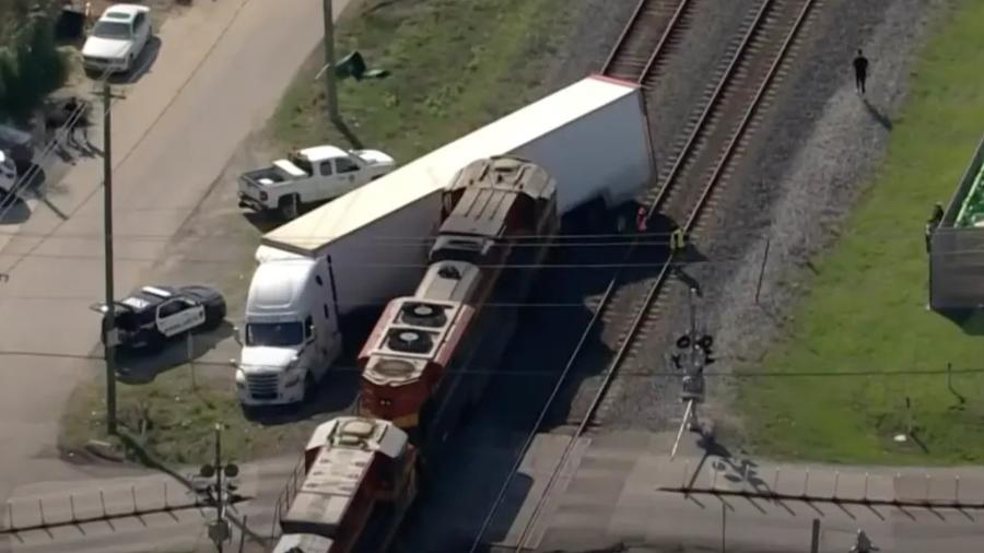 Trem bate em caminhão com veículos exóticos nos EUA - Reprodução