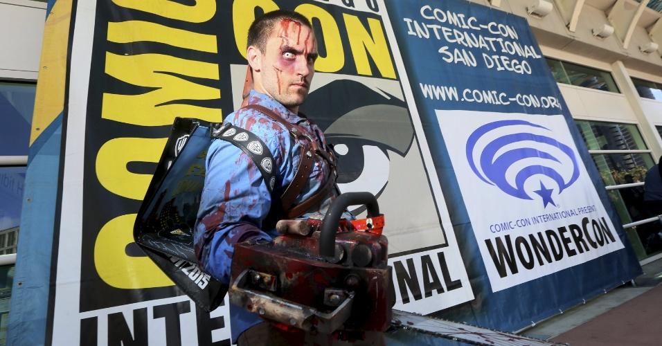 """08.jul.2015 - Uma pessoa foi vestida como o personagem Ash, do filme """"The Evil Dead"""" na Comic Con deste ano em San Diego, na Califórinia"""