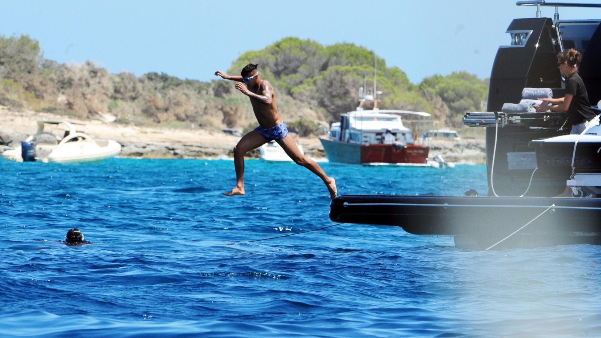28.jul.2015 - De férias em Ibiza, na Espanha, Neymar aproveita para se refrescar e dá mergulho no mar