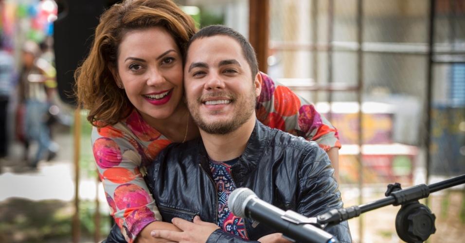 """A música """"Você é Tudo"""" é tema da personagem Paulucha, vivida por Fabíula Nascimento. A atriz posou com o cantor nos bastidores"""