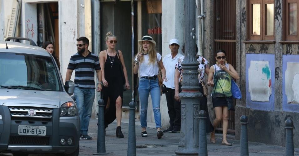 22.set.2015 - Amber Heard estava acompanhada de uma amiga e de um motorista particular durante o passeio pelas ruas da Lapa e de Santa Teresa no final da tarde desta terça-feira. O noivo Johnny Depp ficou no hotel, em Copacabana