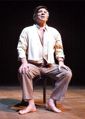 """O ator e dramaturgo Eduardo Pavlosvky, na peça """"Variaciones Meyerhold"""", em 2005 - Divulgação"""