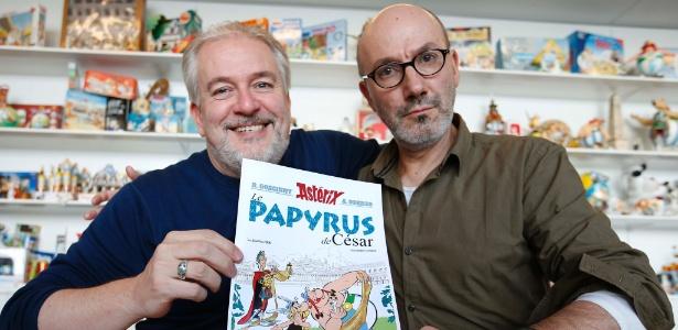 """13.out.2015 - O autor Jean-Yves Ferri e o ilustrador Didier Conrad posam com """"Asterix e o Manuscrito Desaparecido"""", nova aventura em quadrinhos de Asterix e Obelix - Charles Platiau/Reuters"""