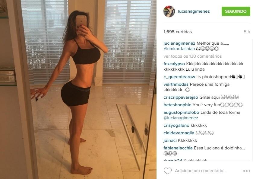 24.dez.2015 - De top e shortinho, Luciana Gimenez faz selfie em frente ao espelho. Na foto, postada pela apresentadora em sua conta do Instagram, a apresentadora brincou com suas formas e, na legenda, se compararou à Kim Kardashian, famosa pelo corpo avantajado