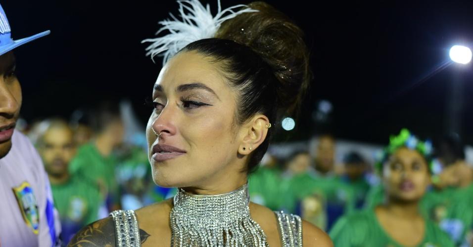 17.jan.2016 - Após ter se anunciado que não desfilaria, Dani Bolina se emociona ao voltar à avenida para ensaio técnico. A Unidos de Vila Maria convenceu a beldade à ser madrinha da bateria novamente.