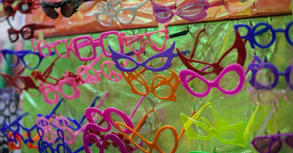 Outra opção de óculos é a armação de plástico em diversos formatos. Custa R$ 10 o pacote com dez na loja Império das Festas (Ladeira Porto Geral, 55 ? Centro/ SP)