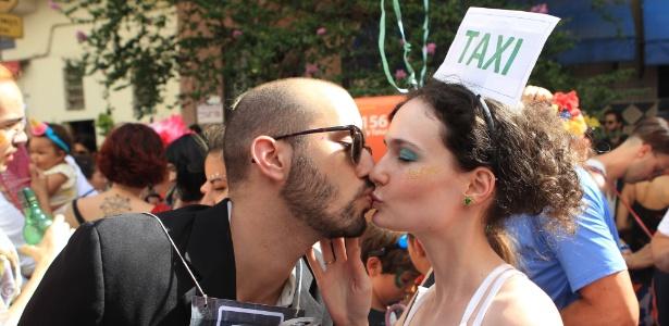 Casal de foliões se beija no Bloco da Charanga em Santa Cecília, São Paulo