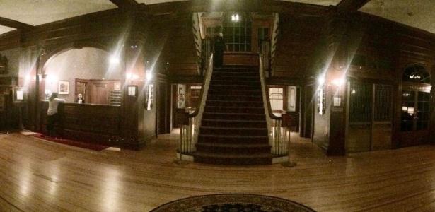 Alguém que não existia na cena original surgiu misteriosamente no topo da escada - Reprodução/Henry Yau