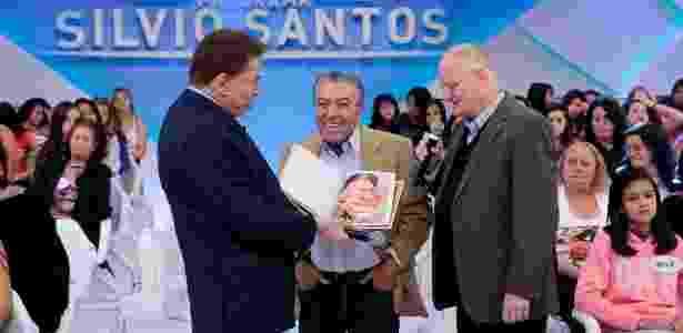 Silvio Santos recebe presente de Mauricio de Sousa, criador da Turma da Mônica - Lourival Ribeiro/SBT