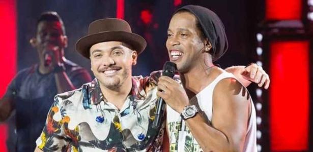 Wesley Safadão e Ronaldinho Gaúcho; jogador cantou muito desde seu último jogo