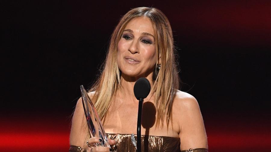 """Sarah Jessica Parker se emociona ao receber o prêmio de melhor atriz de série premium no People""""s Choice Awards em 2016 - Kevin Winter/Getty Images/AFP"""