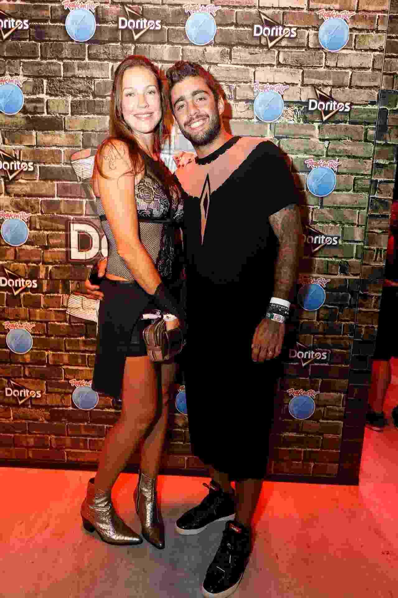 """Luana Piovani chega acompanhada do marido, Pedro Scooby, à primeira noite do Rock in Rio 2017. O casal ousou no visual, e o surfista escolheu um vestido para curtir os shows do evento. """"Ele veio vestido de menina e eu, de piranha"""", brincou a atriz - Felipe Panfili/Divulgação"""
