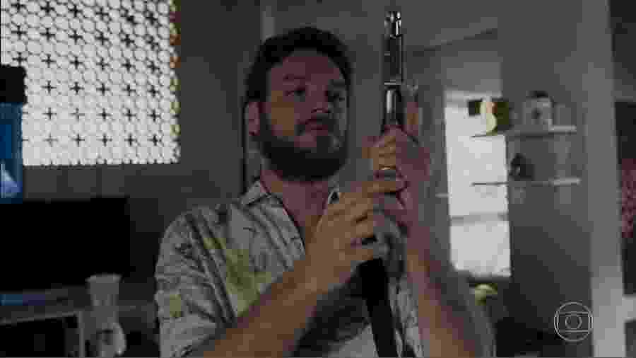 """Rubinho, em """"A Força do Querer""""; sob o comando de Jeiza, militares invadem comunidade na tentativa de impedir confronto - Reprodução/TV Globo"""