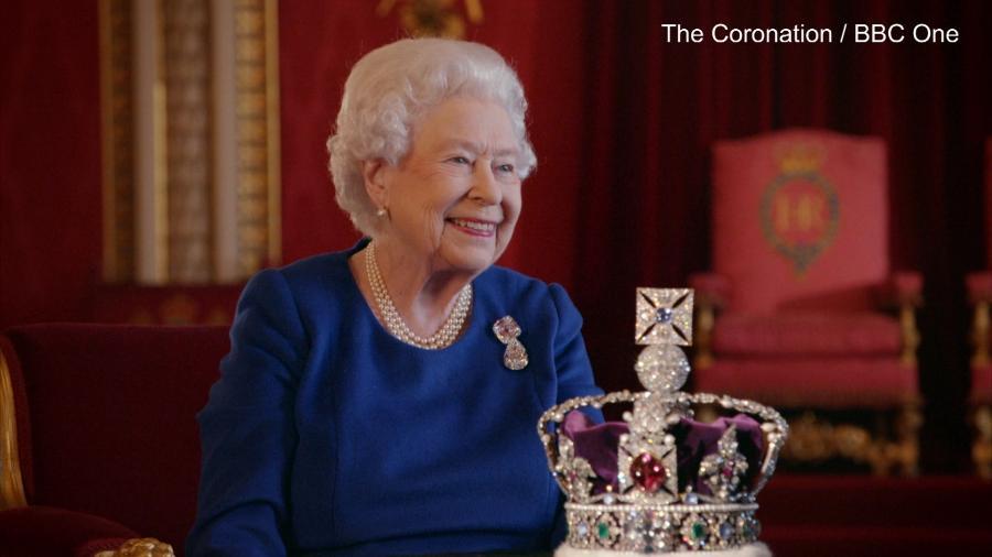 Rainha Elizabeth 2ª e sua coroa - BBC