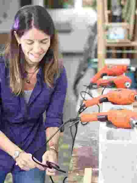 Em suas aulas, Mariana ensina a teoria da manutenção residencial e também ajuda as mulheres a meterem a mão na massa - Arquivo pessoal