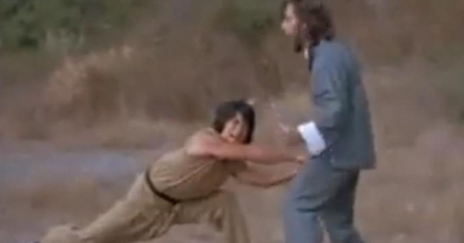 """Jackie Chan em cena do filme """"Punhos de Serpente"""" (1978)"""
