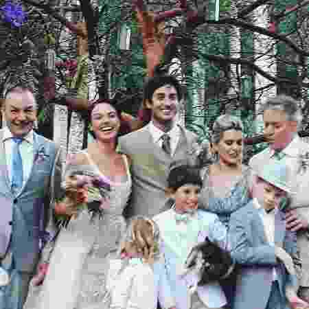 Isis Valverde posa com a família e o agora marido André Resende - Reprodução/Instagram