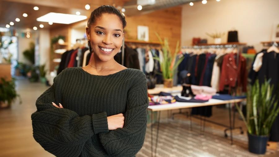 Mulher em loja de roupas - Getty Images/iStockphoto