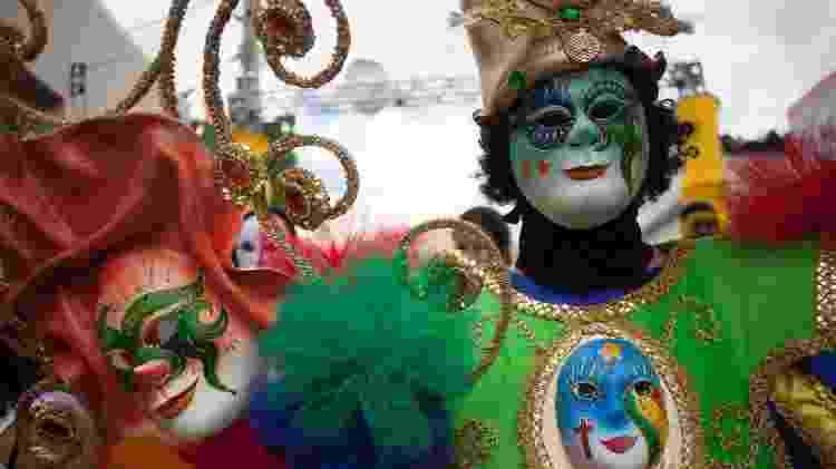 Foliões mascarados lotam as ruas de Bezerros, no agreste de Pernambuco, com o desfile do Bloco do Papangu. A cidade, que fica a 107 quilômetros do Recife, tem o terceiro Carnaval mais procurando do estado - Geyson Magno - 2.mar.2014/UOL - Geyson Magno - 2.mar.2014/UOL