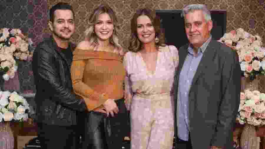 O repórter Mauro Naves com a mulher, Patrícia, a filha, Raissa, e o genro, Henrique - Reprodução/Instagram/raissanaves