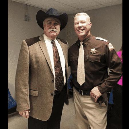 O xerife Richard Jones e o vocalista James Hetfield - Reprodução/Instagram - Reprodução/Instagram
