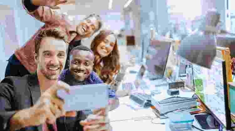 selfie, escritório - iStock - iStock