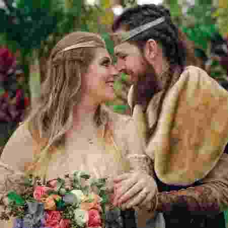 Livia e Lucas durante o casamento medieval - Arquivo pessoal